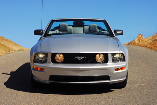 2009fordmustanggtconvertiblebeautyheadonclayclose01small