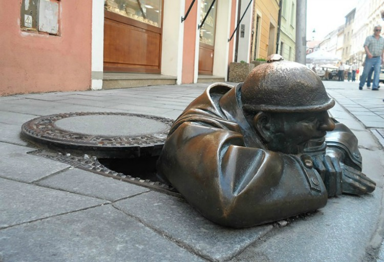 a copertina worlds-most-creative-statues-133 Man At Work, Bratislava, Slovakia