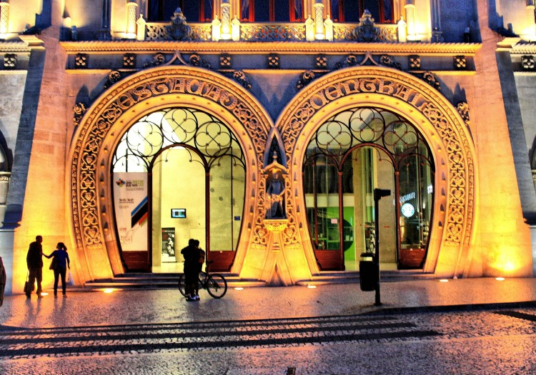 a copertina Lisbon_at_Night-Rossio_Station